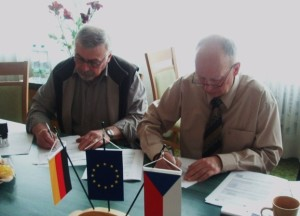 L. Cinegr (Stv. Bürgermeister Nova Role) und Dr. B. Hentschel (Vereinsvorsitzender FV Rittersgrüner Fuchsjagd e.V.) bei der Unterzeichnung des Förderantrages